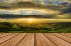 Paisaje imponente del campo con el lado de la iluminación del sol de las colinas a Imagen de archivo