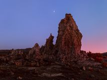 Paisaje imposible con la luna extraña de las formaciones y del creciente de roca imagen de archivo libre de regalías
