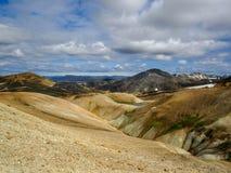 Paisaje impresionante de la región geotérmica de Landmannalaugar con la montaña y la riolita de Blahnukur alrededor, Islandia del imagenes de archivo