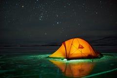 Paisaje increíble de la noche contra el contexto de una isla rocosa Fotografía de archivo libre de regalías