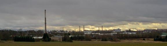 Paisaje industrial con el parque del industrie en el fondo fotografía de archivo libre de regalías