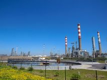 Paisaje industrial con las chimeneas de la fábrica de la planta y paisaje hermoso de la naturaleza de la primavera, Portugal, Eur imagen de archivo libre de regalías