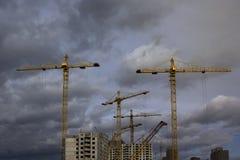 Paisaje industrial con las siluetas de grúas Fotos de archivo