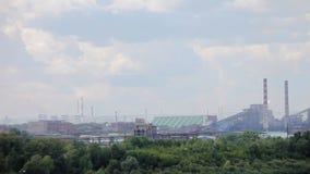 Paisaje industrial de la refinería en el día de verano a través del humo almacen de video