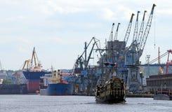 Paisaje industrial en un puerto Foto de archivo libre de regalías