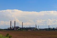 Paisaje industrial Vista de la fábrica en Nikopol, Dnepropetrovsk fotos de archivo libres de regalías