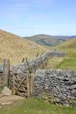 Paisaje inglés del campo: colinas, rastro, cerca Imágenes de archivo libres de regalías