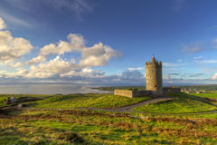 Paisaje irlandés con el castillo Fotos de archivo libres de regalías