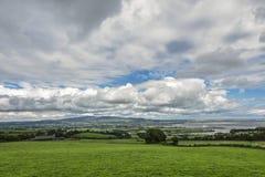 Paisaje irlandés con el prado verde contra las nubes, Ardmore, Irlanda imágenes de archivo libres de regalías