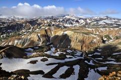 Paisaje islandés de la montaña en comienzo del verano Fotos de archivo libres de regalías