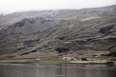 Paisaje islandés: Granja en montañas de niebla Fotografía de archivo