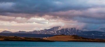 Paisaje islandés maravilloso de la naturaleza Altas montañas, nieve, riwer de la montaña y prado verde imágenes de archivo libres de regalías
