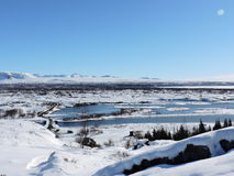 Paisaje Islandia del parque nacional de Pingvellir Agua, montañas, nieve y camino Imagen de archivo