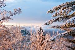Paisaje italiano del invierno con la pequeña iglesia rodeada por los árboles imagen de archivo