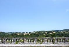 Paisaje italiano, visión desde una terraza de la barandilla de las colinas verdes italianas Imágenes de archivo libres de regalías