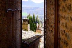 Paisaje italiano, visión entre los edificios medievales Fotos de archivo libres de regalías