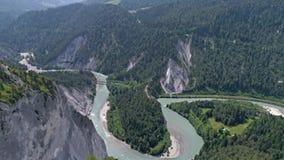 Paisaje 4k aéreo de Flims Suiza de la opinión del río del valle almacen de metraje de vídeo