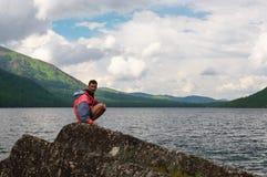 Paisaje, lago y hombres de las montañas. Fotos de archivo
