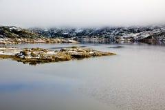 Paisaje, lago y niebla de la montaña Fotografía de archivo libre de regalías