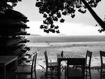 Paisaje lluvioso blanco y negro del mar Imagen de archivo