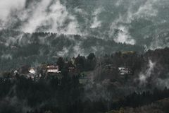 Paisaje lluvioso brumoso oscuro sin expresi?n de la ma?ana con los montains rocosos de la arena en Suiza sajona checa en colores  fotografía de archivo libre de regalías
