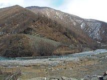 Paisaje a lo largo del camino militar georgiano en Georgia foto de archivo