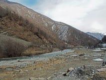 Paisaje a lo largo del camino militar georgiano en Georgia imagenes de archivo