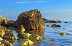 Paisaje mágico en la costa en un día soleado en colores en colores pastel Foto de archivo libre de regalías