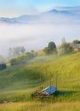Paisaje mágico en la salida del sol en las montañas en la niebla Imagenes de archivo