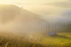 Paisaje místico con las cuestas de las montañas por la mañana m Imagen de archivo libre de regalías
