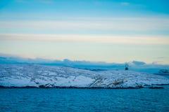 Paisaje magnífico del ofcoast costero de las escenas cubierto con nieve en Hurtigruten durante viaje en un buen tiempo Fotos de archivo libres de regalías