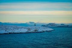 Paisaje magnífico del ofcoast costero de las escenas cubierto con nieve en Hurtigruten durante viaje en un buen tiempo Fotografía de archivo libre de regalías