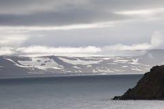 Paisaje majestuoso de la montaña debajo del cielo con las nubes en el ártico Fotos de archivo libres de regalías