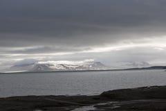 Paisaje majestuoso de la montaña debajo del cielo con las nubes en el ártico Imagen de archivo