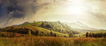 Paisaje majestuoso de las montañas debajo del sol del cielo de la mañana fotos de archivo