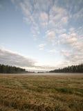 Paisaje majestuoso del país debajo del cielo de la mañana con las nubes Fotos de archivo libres de regalías