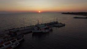 Paisaje marino aéreo con el muelle Visión en la puesta del sol metrajes