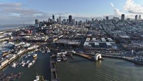 paisaje marino aéreo del abejón 4k en horizonte imponente del paisaje urbano del distrito financiero moderno ocupado de la bahía  almacen de metraje de vídeo