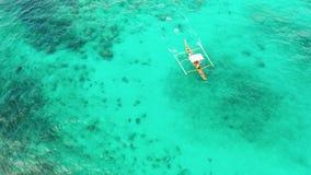 Paisaje marino, arrecife de coral y mar azul con la motora almacen de video