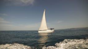 Paisaje marino asombroso con el barco de navegación blanco en el mar azul almacen de metraje de vídeo