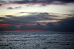 Paisaje marino azul y rojo de la puesta del sol Imagenes de archivo
