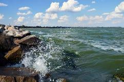 Paisaje marino, bahía, ondas y rocas Fotos de archivo libres de regalías
