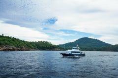 Paisaje marino - barco en fondo de la isla tropical Fotografía de archivo libre de regalías