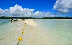 Paisaje marino con agua de la turquesa en el día soleado Fotos de archivo libres de regalías