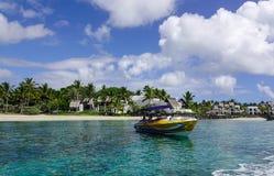 Paisaje marino con agua de la turquesa en el día soleado Fotografía de archivo