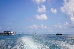 Paisaje marino con agua de la turquesa en el día soleado Imágenes de archivo libres de regalías
