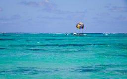 Paisaje marino con agua de la turquesa en el día soleado Fotos de archivo