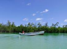 Paisaje marino con agua de la turquesa en el día soleado Imagenes de archivo