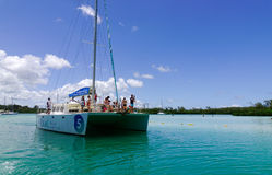 Paisaje marino con agua de la turquesa en el día soleado Foto de archivo libre de regalías