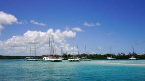 Paisaje marino con agua de la turquesa en el día soleado Imagen de archivo libre de regalías